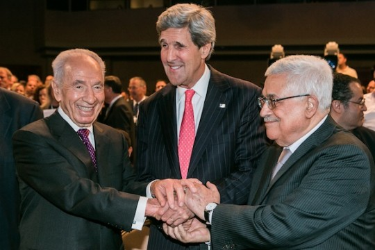Shimon Peres, John Kerry and Mahmoud Abbas in Jordan (World Economic Forum / Benedikt von Loebell)
