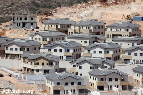 Construction of illegal settlement units at 'Elkana,' on the lands of the West Bank village of Masha, near Salfit, July 06, 2013. (Photo: Ahmad Al-Bazz/Activestills.org)