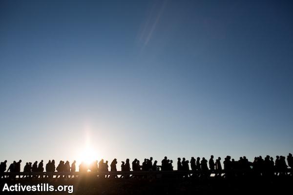 African asylum seekers walk through the Negev desert toward Jerusalem, December 16, 2013. (Photo: Activestills.org)