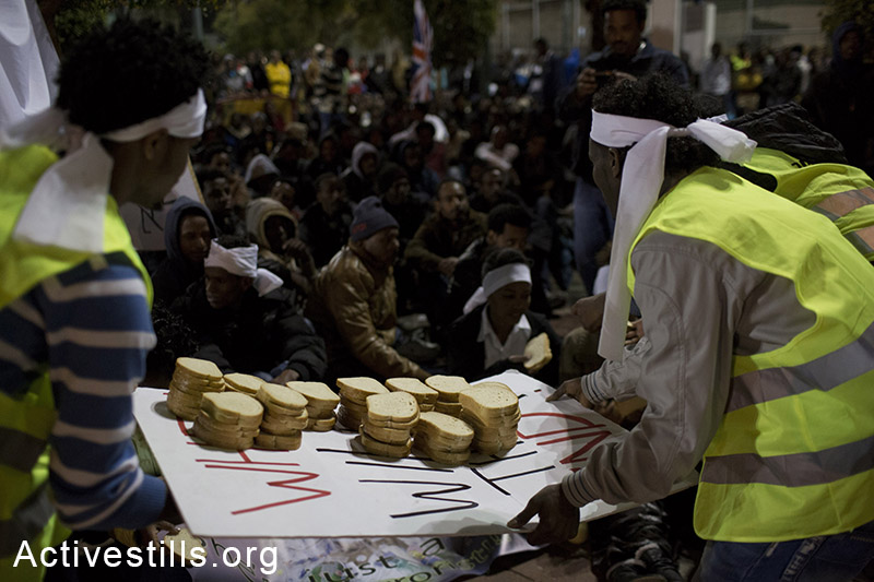 African asylum seekers hand our sandwiches on the first day of a sit-in at Levinsky park in Tel Aviv, protesting against the new detention center, calling to the Israeli government to recognize their refugee rights, February 2, 2014. (Activestills.org)