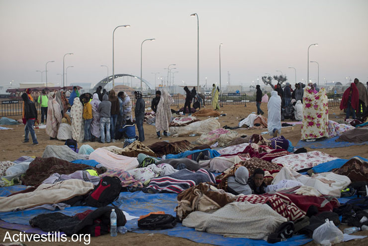 African asylum seekers wake up in the early morning of a second day of protest outside the Holot detention center where hundreds of Aylum seekers are jailed, February 18, 2014 in the southern Negev desert of Israel.