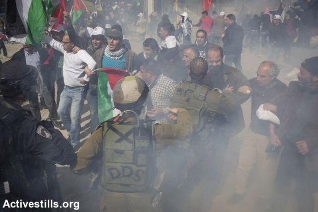 Small groups of protestors tried to break through army lines (Oren Ziv / Activestills)
