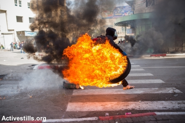 At the end, several youths started burning tires (Yotam Ronen / Activestills)