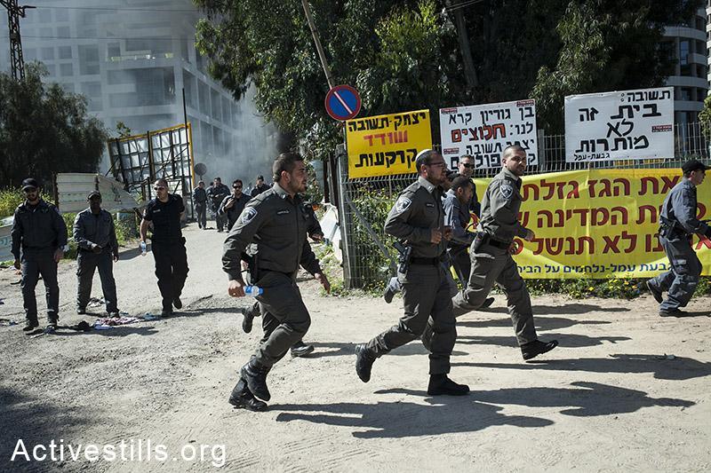Israeli police officers during the evacuation of the Givat Amal neighborhood in north Tel Aviv. (Shiraz Grinbaum/Activestills.org)