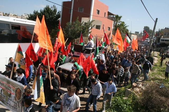 Marching through Bil'in toward the wall. (Haggai Matar)