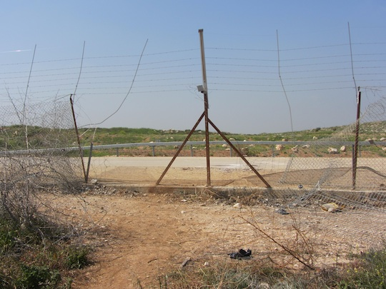 The gap in the barrier through which the three crossed. (Photo by Itamar Barak/B'Tselem)