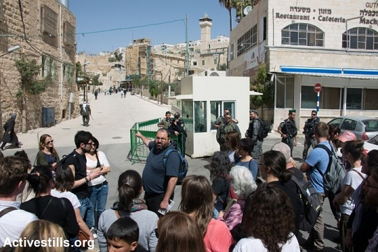 Yahuda Shaul of Breaking the Silence leading a tour in Hebron (photo: Activestills.org)