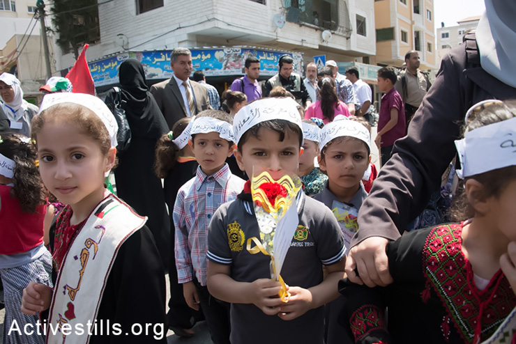 Palestinian children hand out flowers to passers-by on the streets of Gaza City with the names of prisoners in Israeli detention, May 11, 2014. More than 100 Palestinian administrative detainees in Israeli prisons launched a mass, open-ended hunger strike on Thursday, April 24, 2014. The hunger strike comes after Israeli authorities reneged on an agreement after a previous hunger strike to limit the use of administrative detention to exceptional cases. (Activestills.org)
