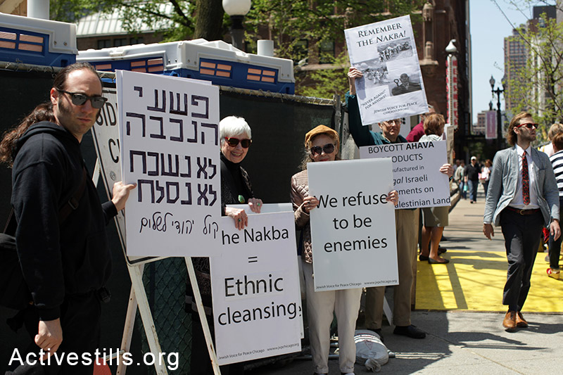 Nakba week marked at the weekly JVP vigil in Down Town Chicago, IL on Sunday, May 18, 2013. The group has been holding an End the Occupation vigil every Sunday for over a decade. (Activestills.org)