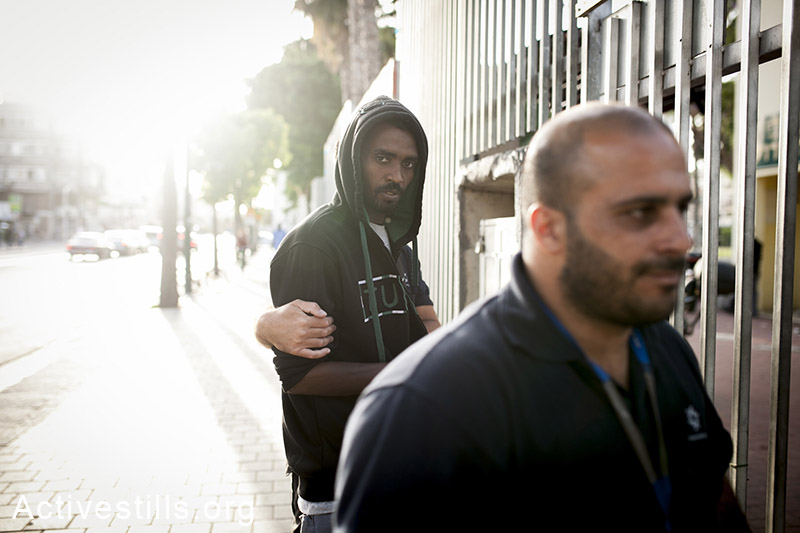 Immigration police arrests African asylum seekers during a raid in southern Tel Aviv's Levinsky Park, May 21, 2014. Immigration police and plain close police arrested at least a dozen asylum seekers. (Activestills.org)