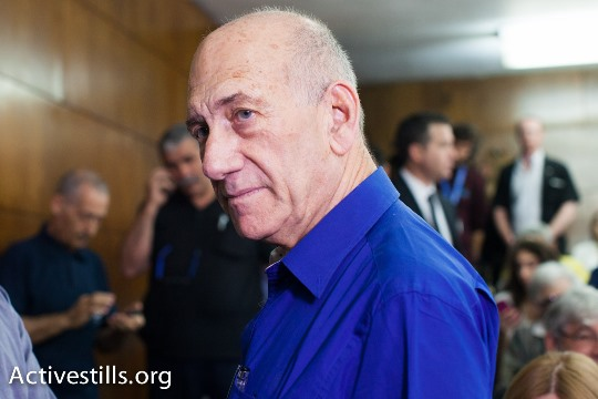 Former Israeli Prime Minister Ehud Olmert enters the courtroom at the Tel Aviv District Court prior to the reading of his sentence in the Holyland trial, May 13 2014 (Photo: Activestills.org)
