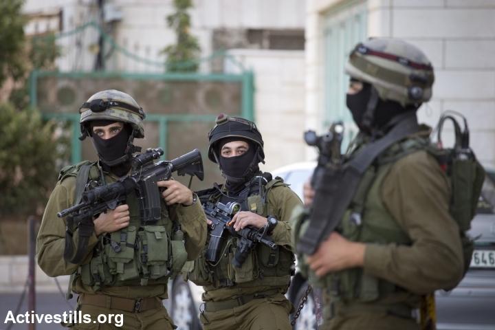 IDF soldiers in Hebron. (photo: Activestills)
