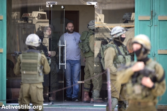 Israeli soldiers in the West Bank city of Hebron take part in the search operation for three kidnapped Israeli teenagers, June 18, 2014. (Photo by Oren Ziv/Activestills.org)