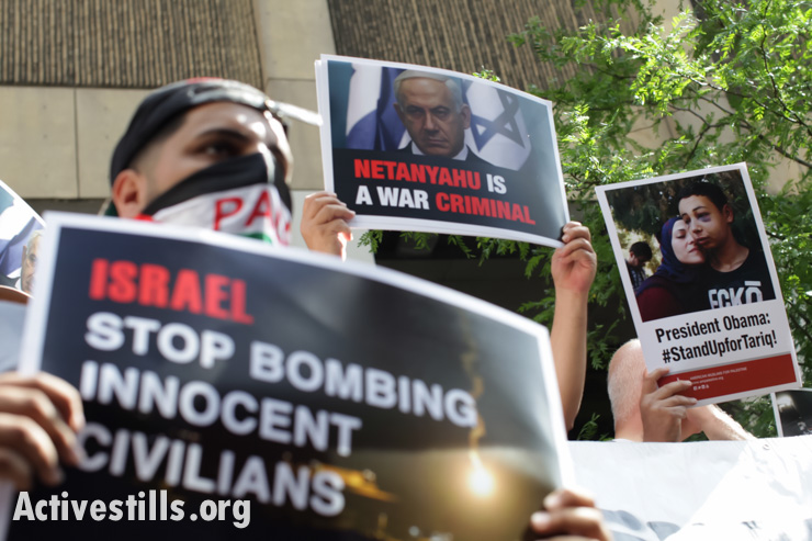 Activists protest outside the Israeli consulate in downtown Chicago, Illinois, condemning the Israeli assault on the Gaza Strip, July 9, 2014.