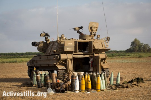 An Israeli mobile artillery piece sits near the Gaza border, July 13, 2014 (photo: Activestills)