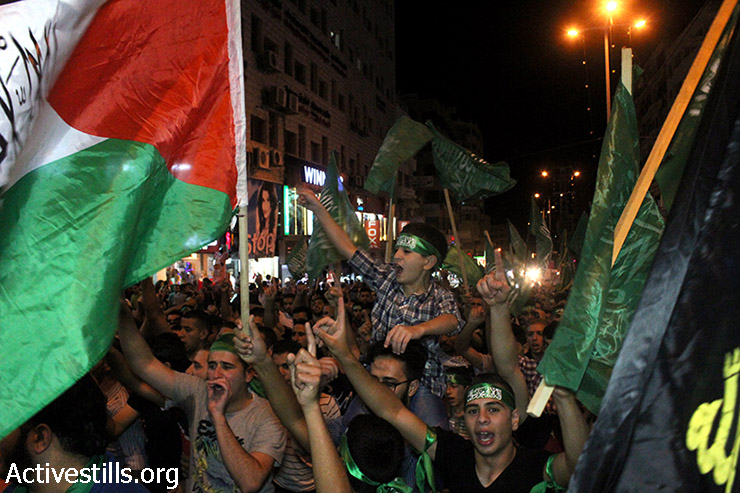 Thousands of Palestinians demonstrate in solidarity with the Gaza Strip, Nablus, July 24, 2014. (Ahmad Al-Bazz/Activestills.org)