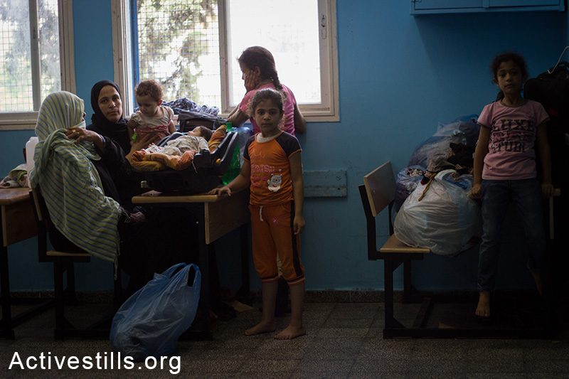 People from northern Gaza who left their homes after Israel dropped leaflets warning them to evacuate are staying in Remal Elementary UNRWA School, Gaza City, July 13, 2014. Israeli attacks have killed at least 166 Palestinians, including 30 children.
