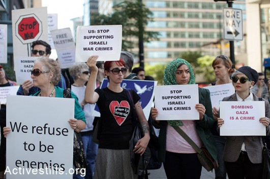 A protest condemning the Israeli assault on the Gaza strip, held outside the Israeli consulate in downtown Chicago, IL on July 16, 2014. (photo: Activestills)