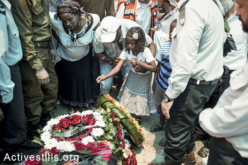 Relatives and family members of Israeli solider Bayhesain Kshaun mourn during his funeral in Netivot city, Israel, July 22, 2014. (Yotam Ronen/Activestills.org)