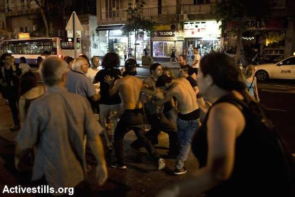 Israel right-wing protesters attack left-wing activists after they protested in central Tel Aviv against the Israeli attack on Gaza, July 12, 2014. (Photo by Oren Ziv/Activestills.org)