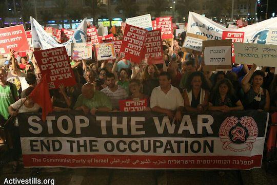 Thousands protest the Gaza war in Tel Aviv, July 26, 2014. (photo: Activestills.org)
