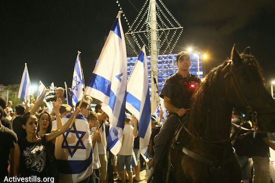 Police keep rightist counter-protesters away from an anti-war demonstration in Tel Aviv, July 26, 2014. (photo: Activestills.org)