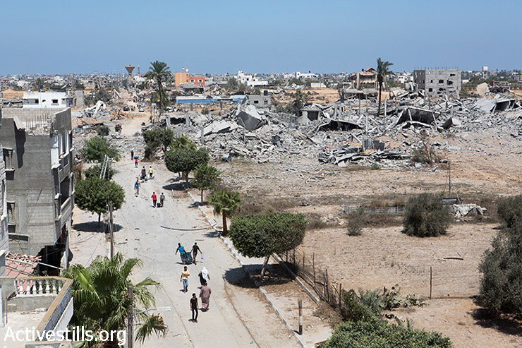 Palestinians recover belongings from the Khuza'a neighborhood following bombardment by Israeli forces, Gaza Strip, August 3, 2014. (Anne Paq/Activestills.org)