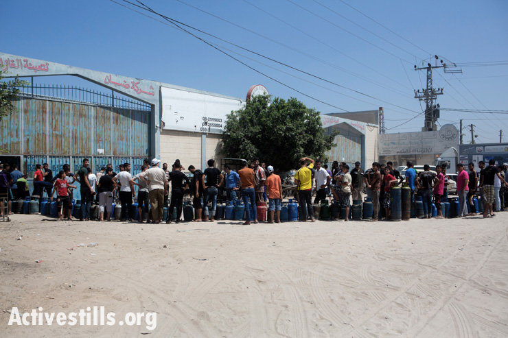 During a ceasefire, some Palestinians venture outside to refill their cooking gas cynlinders, Deir al Balah, Gaza Strip, August 1, 2014.