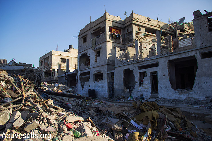 Abu Odeh's house appears in the middle with a damaged facade. August 12, 2014. (Basel Yazouri/Activestills.org)