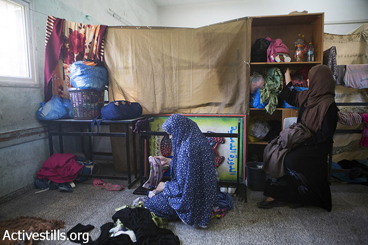 Palestinians who fled from Israeli attacks take refuge in Falluja governmental school, Jabaliya refugee camp, July 29, 2014. Many Palestinians fled their homes the previous night after having received orders to evacuate. (Anne Paq/Activestills.org)
