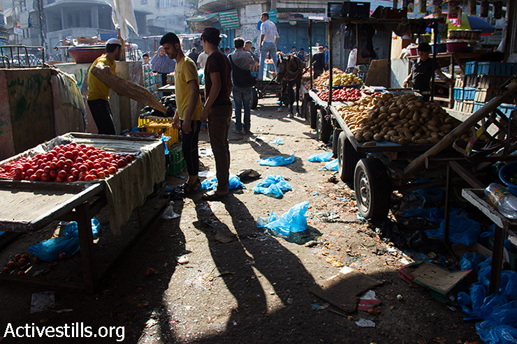 Palestinians shop for food in Gaza City during a ceasefire, August 6, 2014.  (Basel Yazouri/Activestills.org)
