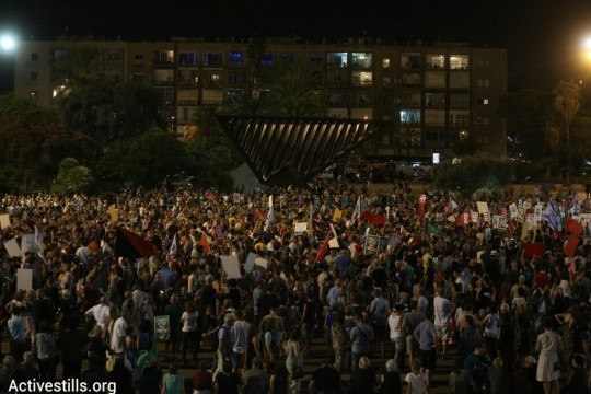 Thousands gather at a pro-peace rally in Tel Aviv, calling for a just peace and an end to violence in Gaza, Tel Aviv, August 16, 2014. (photo: Activestills)