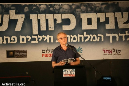 David Grossman speaks to a crowd of 10,000 anti-war protesters in Tel Aviv, August 16, 2014 (photo: Activestills)