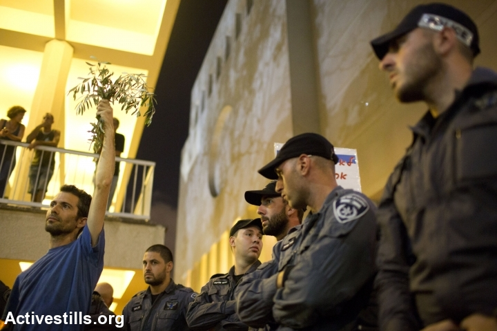 Israeli policemen look on during an anti-war demonstration in Tel Aviv. (photo: Activestills.org)
