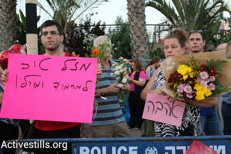 Counter-demonstrators show their support for Mahmoud Mansour and Morel Malka on their wedding day. (photo: Activestills.org)