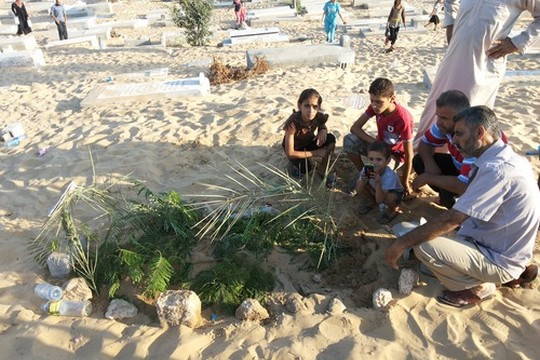 The Abu Oda family gather at Rasha's grave site (photo: Awni Farhat)
