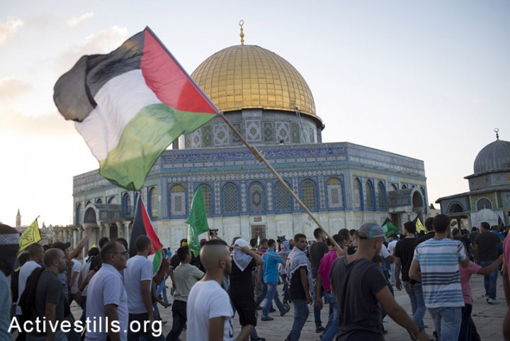 Muhammad Sunuqrut's funeral procession passes through the Al Aqsa compound, East Jerusalem, September 8, 2014. (Photo: Oren Ziv/Activestills.org)