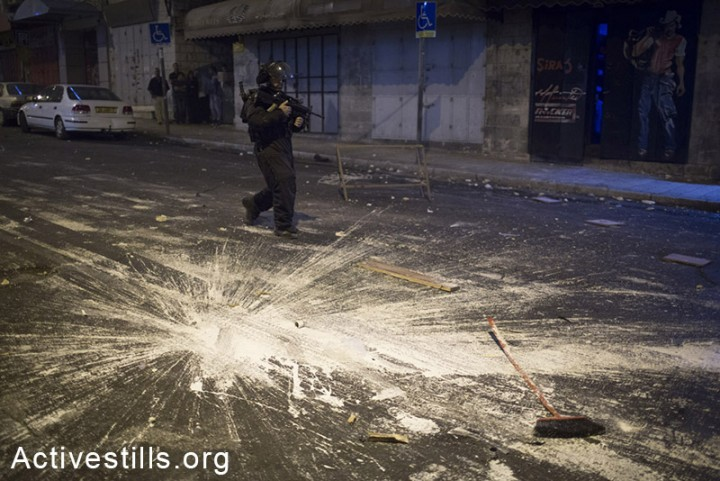 A policeman is seen following clashes on Salah a-Din Rd. in East Jerusalem, September 8, 2014. (Photo: Oren Ziv/Activestills.org)