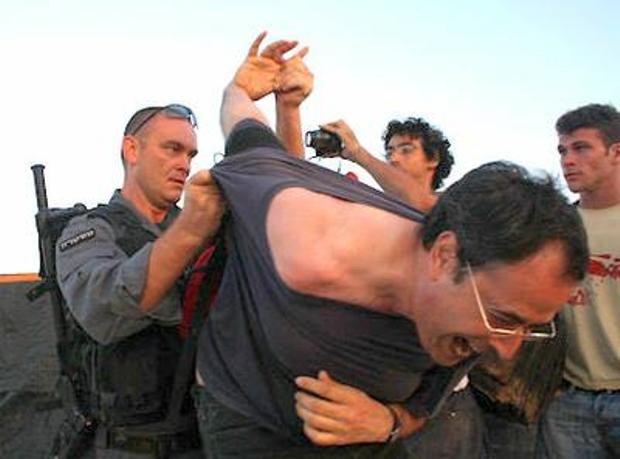 Police arresting a left-wing activist in the Bedouin village of Al-Arakib (photo: Joseph Dana)