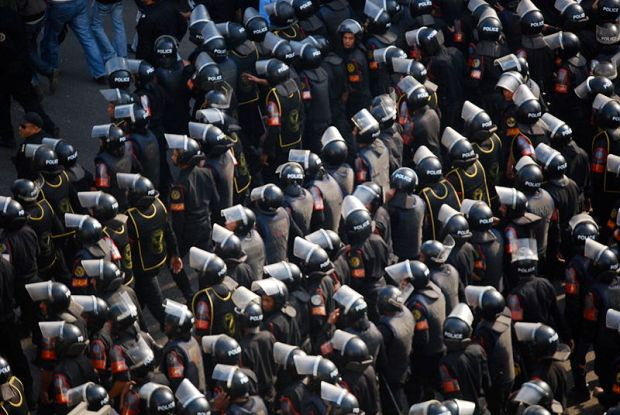 Central Security Forces face Egyptian Protesters (photo: M. Soli/ via wikimedia commons)