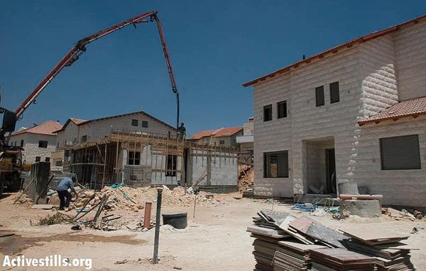 Building in the settlement of Hahashmonaim (photo: Oren Ziv/activestills.org)