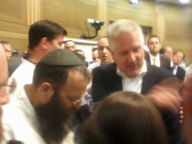 Baruch Marzel shooting the breeze with Glenn Beck (photo: Ami Kaufman)