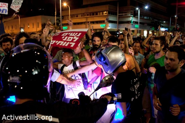 Protesters blocking streets in Tel Aviv following rally over housing prices (photo: Oren Ziv/Activestills)