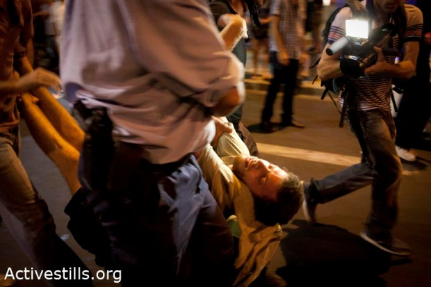 Arrests of protesters in Tel Aviv following rally over housing prices  (photo: Oren Ziv/Activestills)