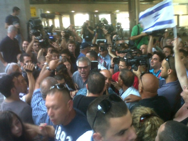 Jerusalem Post's Larry Derfner surrounded at Ben Gurion airport (photo: Joseph Dana)