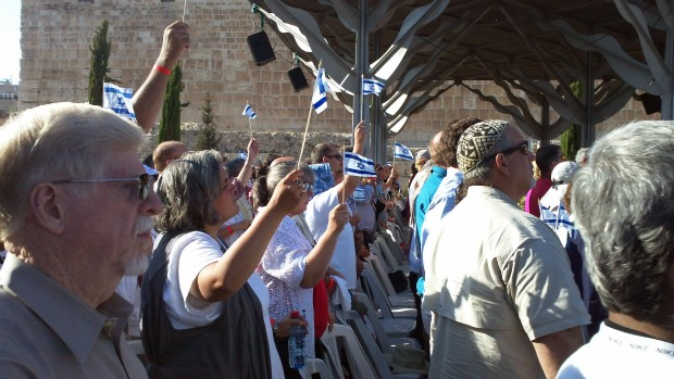 Americans trying their best to sing Hatikva, the Israeli national anthem (photo: Ami Kaufman)