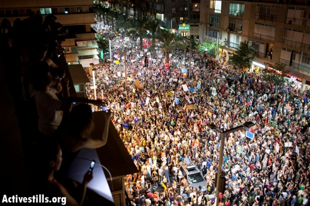 Protesters in Tel Aviv, August 6 2011 (photo: Oren Ziv/activestills)