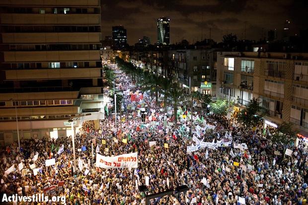 Hundreds of thousands rally in Tel Aviv on August 6. Photo Oren Ziv Activestills