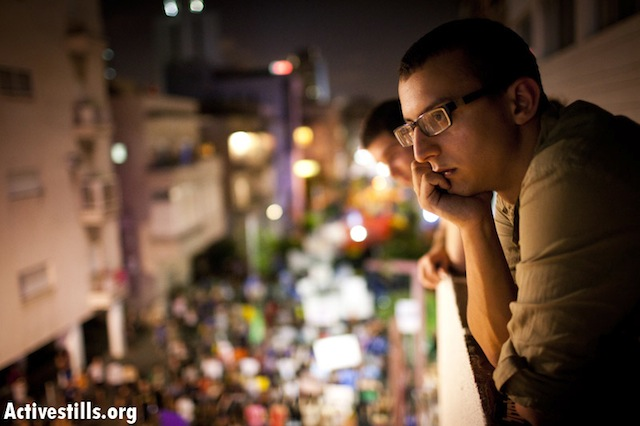 People on a Tel Aviv balcony watch the protests below - Tel Aviv, August 6 (photo: ActiveStills)