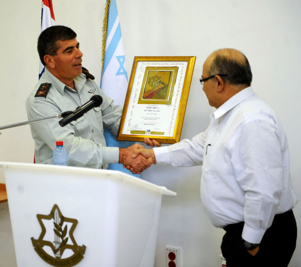 Meir Dagan (R) with Gen. Gabi Ashkenazi (L) (Photo: Israel Defense Forces, CC BY-NC-SA 2.0)
